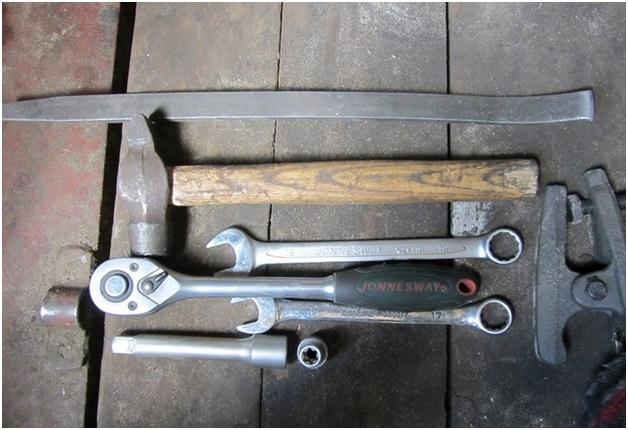 Набор инструментов, которые потребуются для замены шаровой опоры