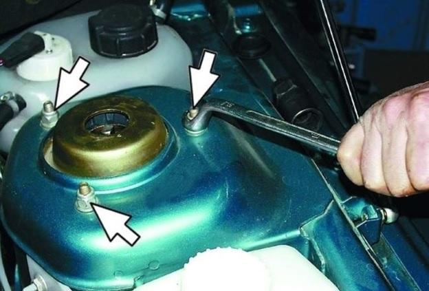 Расположение гаек крепления верхней опоры к чашке кузова