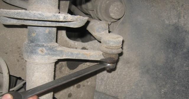 Откручивание гайки крепления рулевого наконечника