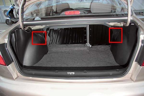 Расположение крышек, открывающих доступ к верхним опорам задних стоек.