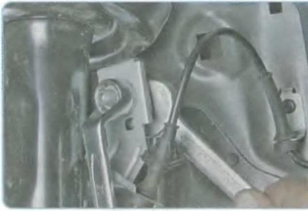 Отсоединение стойки стабилизатора от амортизатора