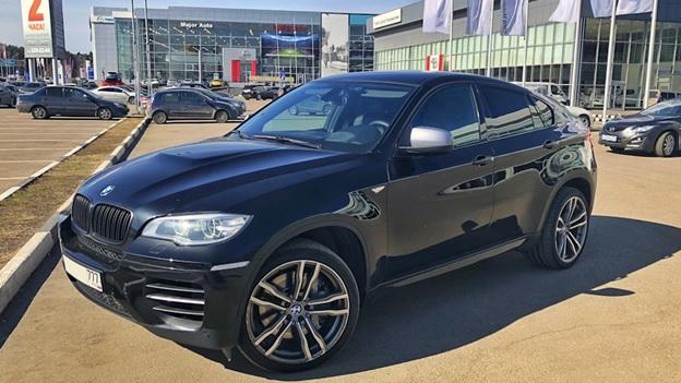 Вид с боку на BMW X6 в комплектации M50d