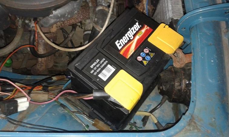 Расположение аккумулятора рядом с двигателем ВАЗ 2106