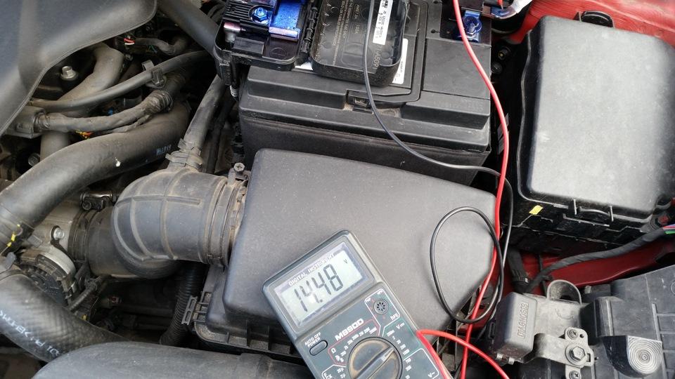 Замер напряжения на клеммах аккумулятора при работающем двигателе