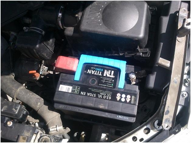 Расположение аккумуляторной батареи в автомобиле Toyota Avensis
