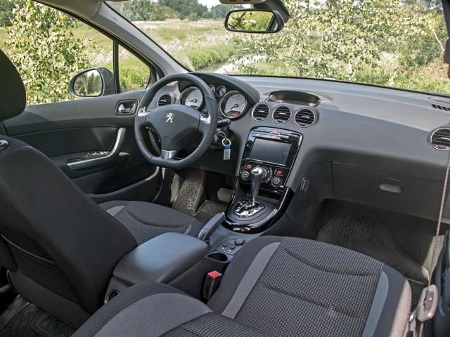 Салон седана Peugeot 408