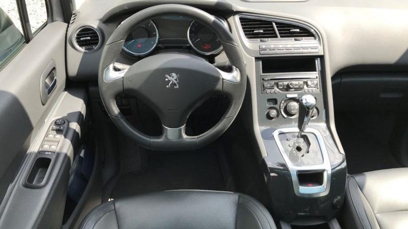 Панель приборов и центральная консоль авто в комплектации Allure