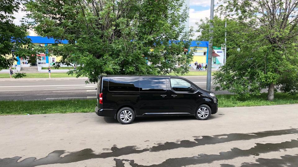 Вид сбоку на авто в комплектации Business VIP long