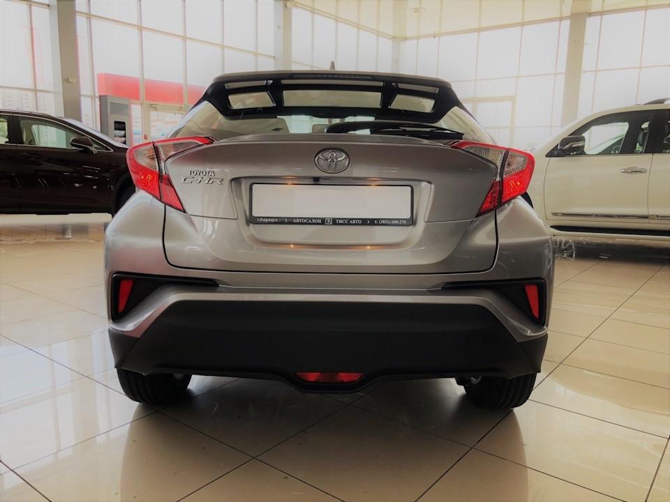 Вид сзади на автомобиль Toyota C-HR