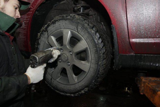 демонтируют колесо