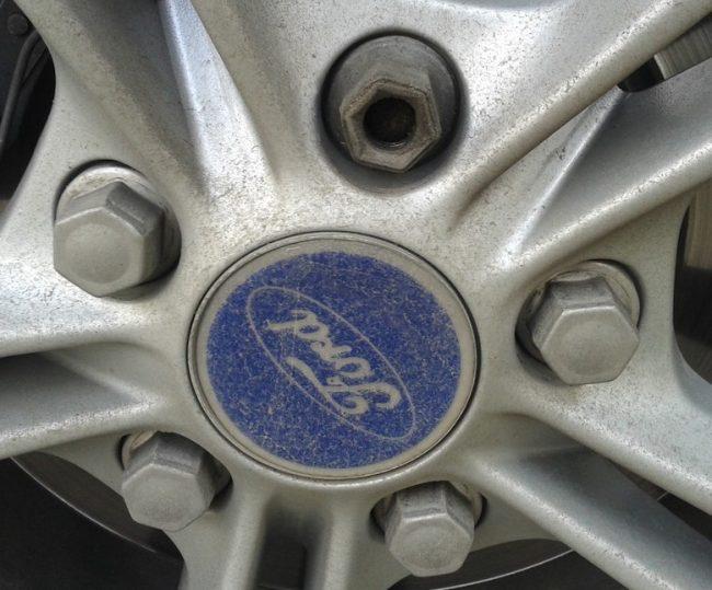 Установка гаек на колесо