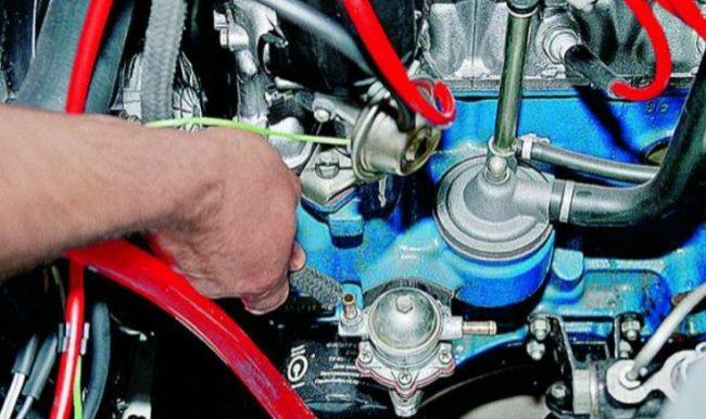 Место расположения топливного насоса и трубки подачи бензина