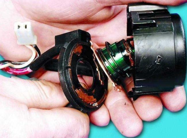 Процесс осмотра и ремонта замка зажигания