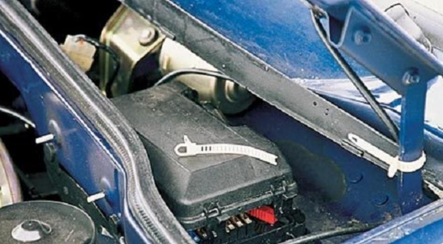 Место расположения блока предохранителей на автомобиле ВАЗ 2114