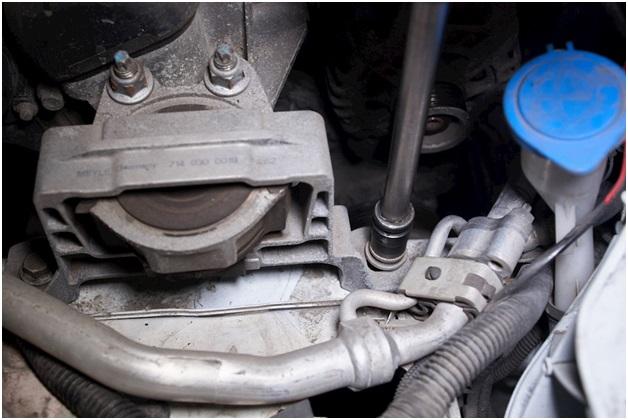 Демонтаж опоры двигателя