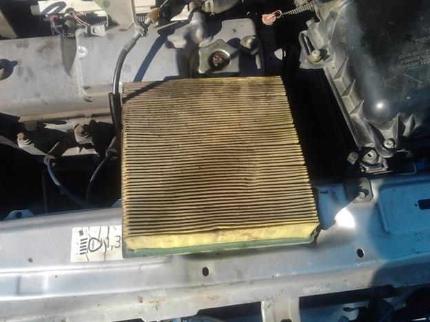 Демонтированный с ВАЗ 2114 воздушный фильтр
