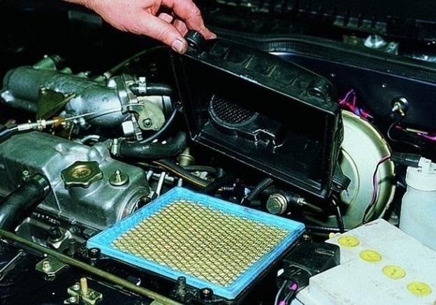 Поднятие открученной крышки воздушного фильтра