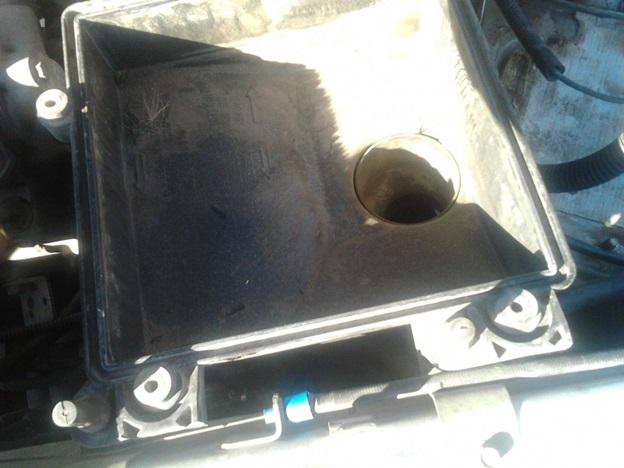 Загрязнения, образовавшиеся после непродолжительной эксплуатации авто с поврежденным воздушным фильтром