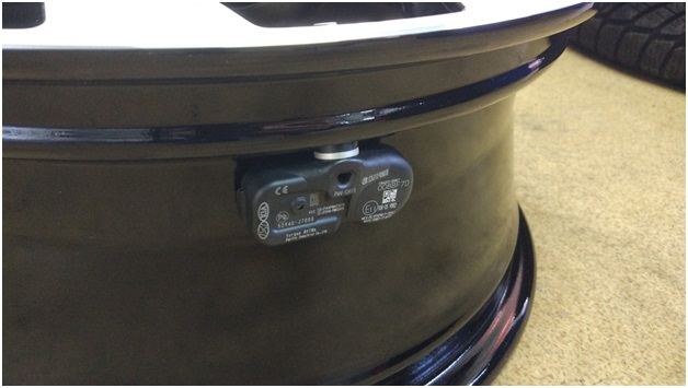 Смонтированный датчик давления в шинах