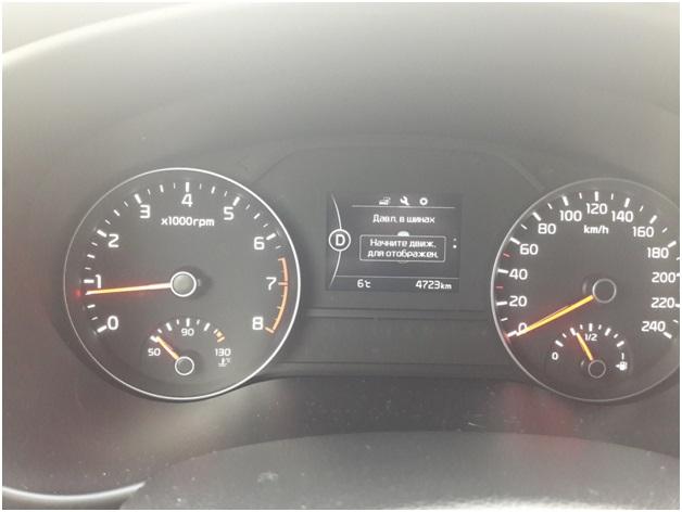 Сообщение на дисплее бортового компьютера автомобиля Киа Спортейдж 4 о необходимости начать движение для корректной работы датчиков