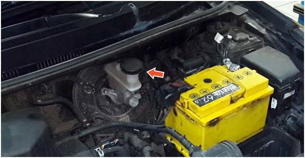 Расположение бачка с тормозухой в моторном отсеке