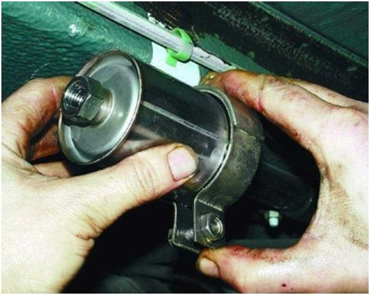 Вытаскивание фильтра тонкой очистки