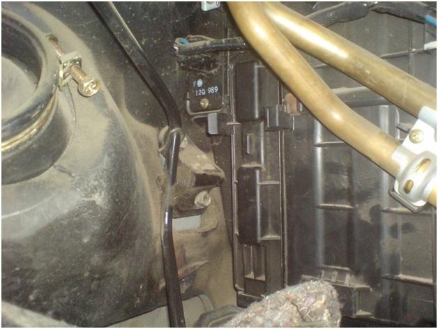 Расположение фильтра очистки салонного воздуха на автомобиле Тойота Карина Е