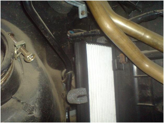 Монтаж нижней части фильтра очистки салонного воздуха