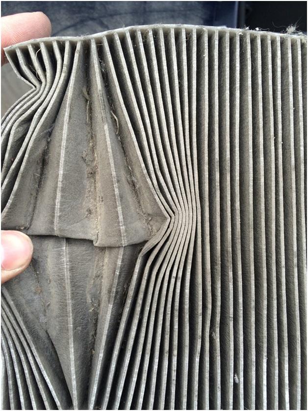 Загрязненный салонный фильтр автомобиля УАЗ Патриот
