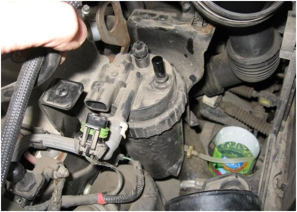 Вид на топливный фильтр после снятия крышки