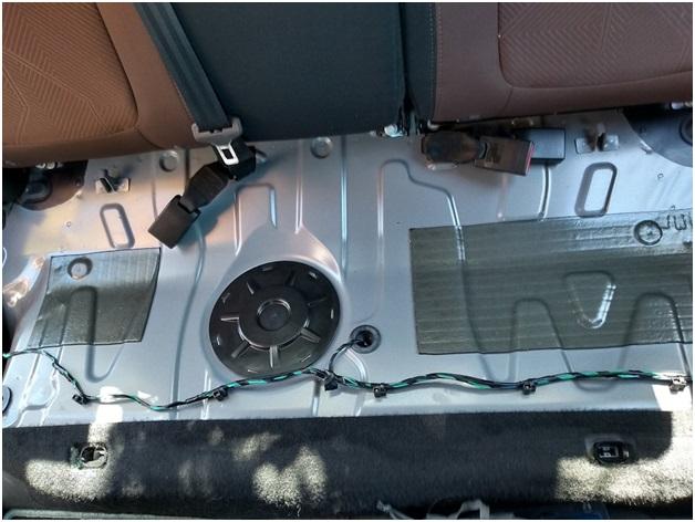 Расположение лючка, за которым находится топливный модуль, включающий в себя фильтры грубой и тонкой очистки