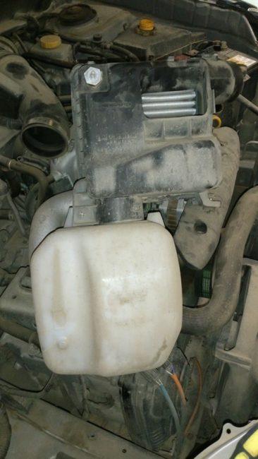 Снятие корпуса воздушного фильтра с автомобиля
