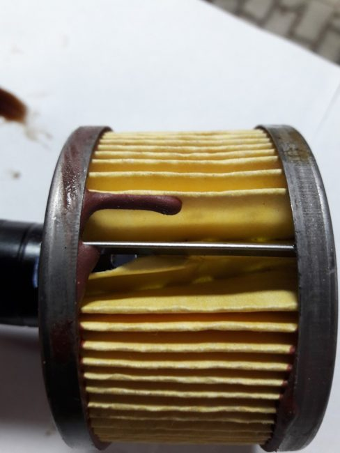 Отверстие в активной части фильтра-подделки и большое количество герметика