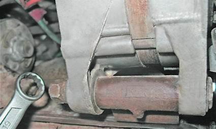 Гайка, которая фиксирует узел на блоке цилиндров