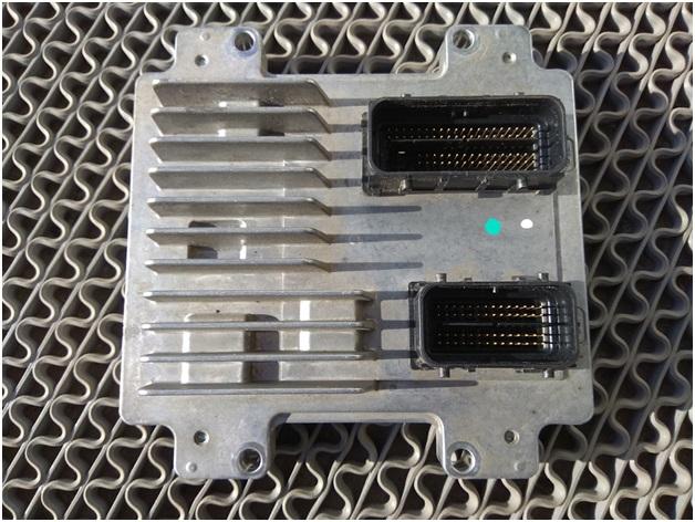 Снятый для перепрошивки электронный блок управления двигателем