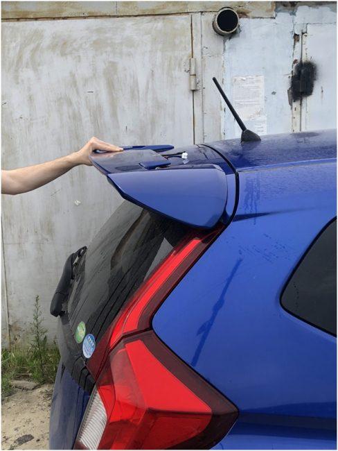 Примерка спойлера на Хонда Фит