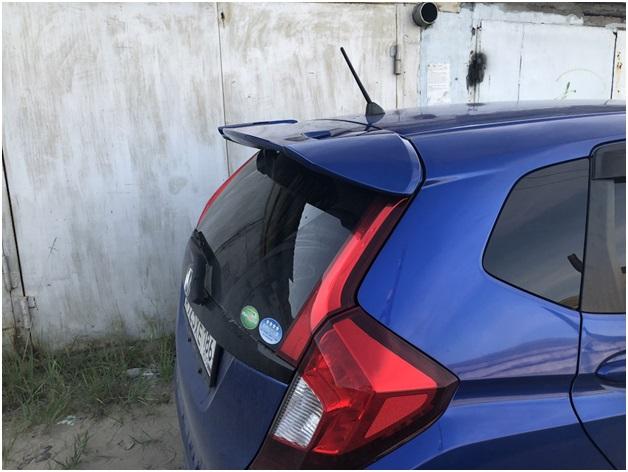 Смонтированное на Хонда Фит антикрыло