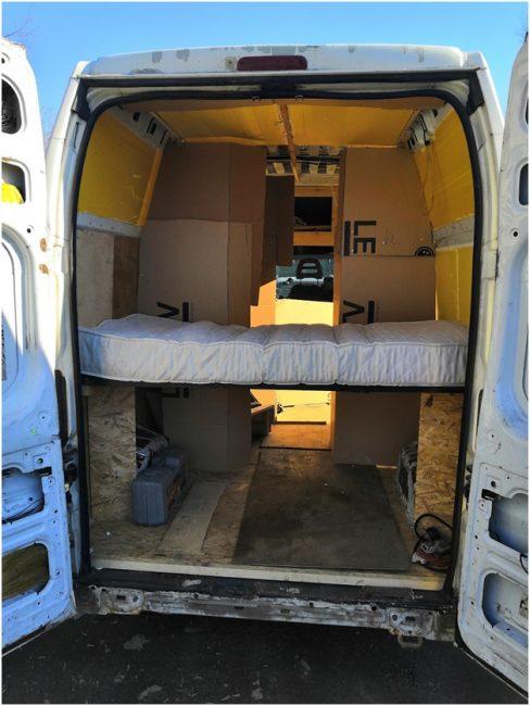 Установленная в Пежо Боксер кровать